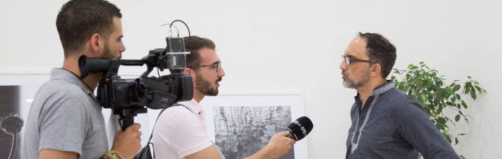Adrian Grima qed jiġi intervistat.